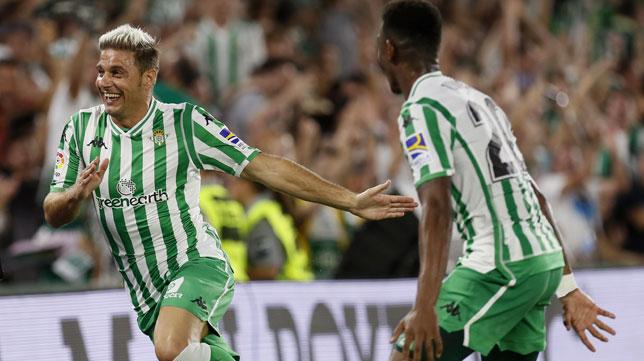 Joaquín corre a celebrar su gol perseguido por Junior (Foto: EFE).