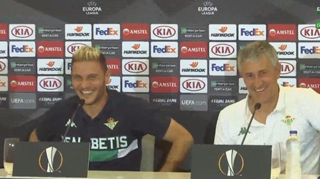 Joaquín y Setién sonríen durante la rueda de prensa en Atenas