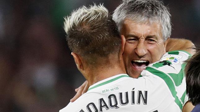 Joaquín y Setién se abrazan tras el gol del capitán bético al Sevilla en el derbi (Foto: EFE)