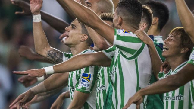 Los jugadores del Betis celebran el triunfo en el derbi disputado en el Benito Villamarín (Foto: J. J. Úbeda)