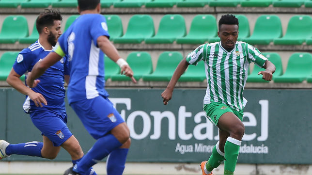 Kaptoum avanza con el balón en el Betis Deportivo-Xerez CD (Foto: J. J. Úbeda)