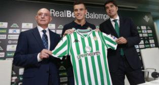 Serra Ferrer, Lo Celso y Ángel Haro posan en la presentación del jugador argentino (Foto: Vanessa Gómez)
