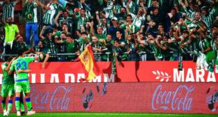 Los jugadores del Betis celebran el gol con los aficionados que fueron a Montilivi