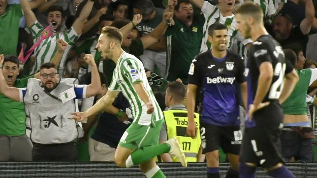 Loren celebra su gol en el Betis-Leganés con Juanfran y Rubén Pérez en segundo plano (EFE)