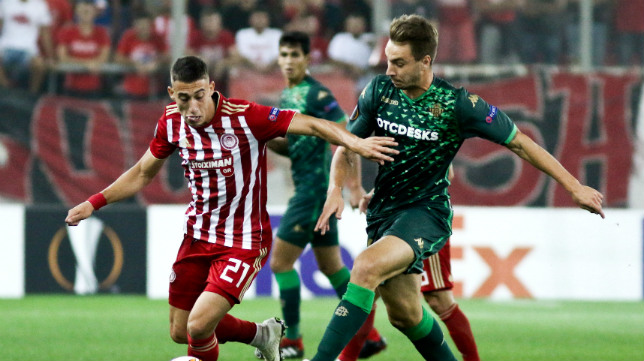 Loren disputa un balón con Kostas Tsimikas durante el Olympiacos-Betis