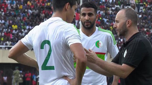 Mandi recibe instrucciones junto a Mahrez