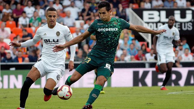 Mandi golpea el balón ante Rodrigo (Foto: EFE).
