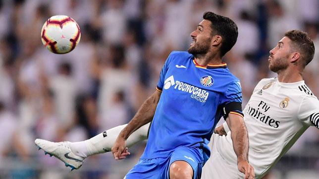 Jorge Molina pugna con Sergio Ramos en el Madrid-Getafe de esta temporada (Foto: AFP)