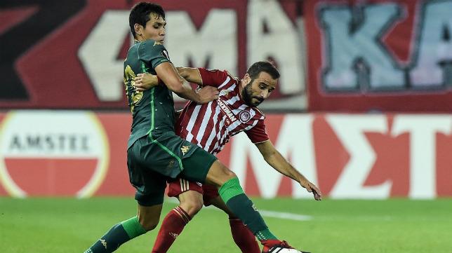 Mandi pugna con Fetfatzidis en el Olympiacos-Betis
