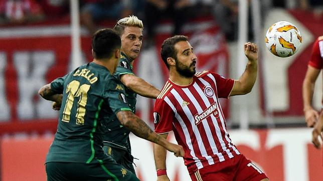 Tello y Joaquín pugnan con Fetfatzidis en el Olympiacos-Betis