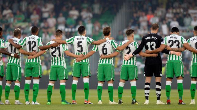 Los futbolistas del Betis, durante el minuto de silencio guardado antes del inicio del encuentro ante el Athletic (Foto: AFP)