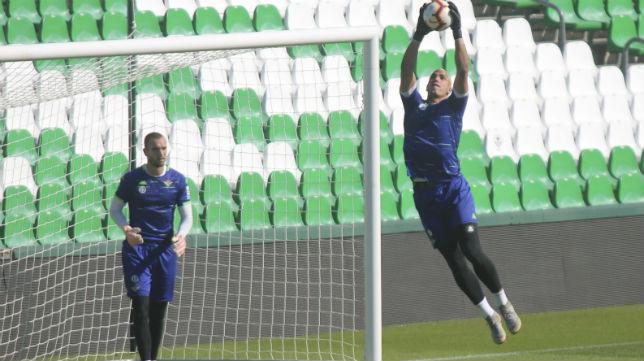 Joel Robles atrapa el balón en un entrenamiento en presencia de Pau López (Foto: Rocío Ruz)