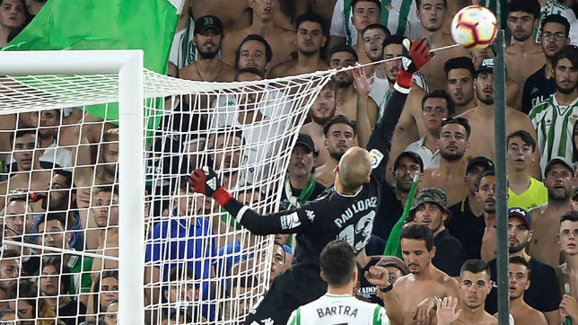 Pau López despeja un balón en el Betis-Sevilla (AFP)