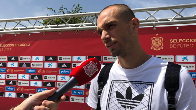 Pau López atiende a los medios de la selección a su llegada a Las Rozas (Foto: @SeFutbol)