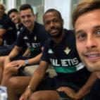 Joel, Sanabria, Lo Celso, Sidnei y Canales, en la salida del Betis hacia Atenas (Foto: Real Betis)