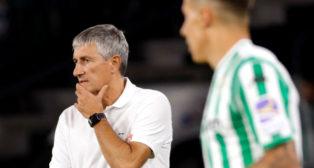 Setién observa el desarrollo del juego en el Betis-Athletic (Foto: EFE)