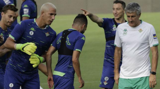 Setién, junto a varios de sus jugadores en un entrenamiento en el Benito Villamarín (Foto: Juan Flores)