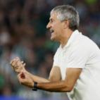 Quique Setién arenga a sus jugadores en el transcurso del Betis-Sevilla (EFE)