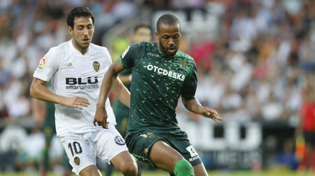 Parejo presiona a Sidnei en el Valencia-Betis liguero