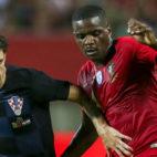 William Carvalho pugna con Vrsaljko en el Portugal-Croacia (Foto: EFE).