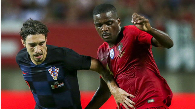 William Carvalho pugna con Vrsaljko en el Portugal-Croacia (Foto: EFE).