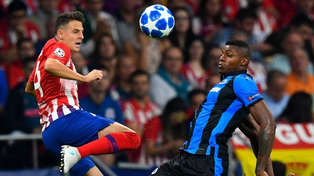 Arias salta por un balón durante el reciente partido del Atlético ante el Brujas (Foto: AFP).