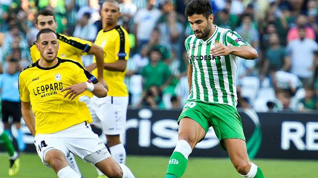 Barragán controla el balón en presencia del jugador del Dudelange Couturier (Foto: EFE)