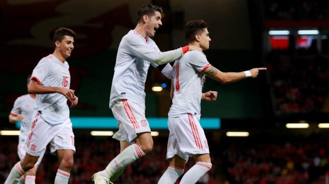 Bartra es felicitado por sus compañeros tras marcar a Gales (REUTERS)