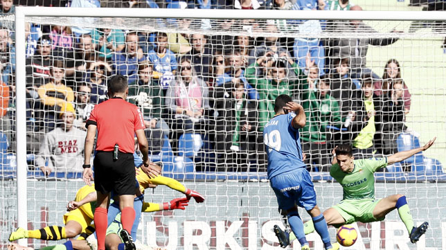 Bartra se lanza para tapar el disparo de Jorge Molina durante el Getafe-Betis (Foto: EFE).