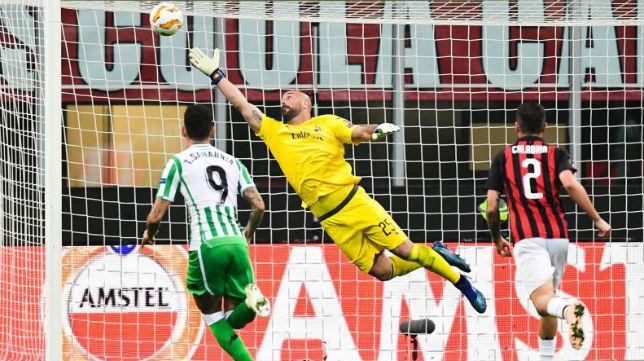 Momento en el que entra el balón por la escuadra tras disparo de Lo Celso en el Milan-Betis