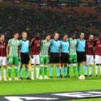 Los jugadores del Betis y el Milan, antes del partido (AFP)