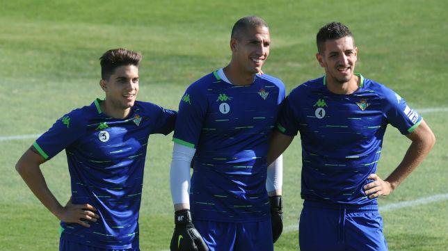 Bartra, Joel Robles y Feddal, en un entrenamiento del Betis (Juan José Úbeda)