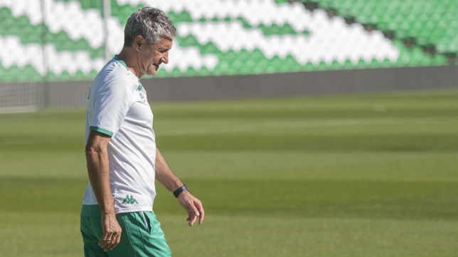 Setién, en un entrenamiento del Betis (Juan José Úbeda)