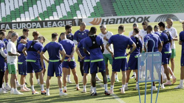 Setién habla con sus jugadores en el inicio de un entrenamiento (Foto: Juan Flores)