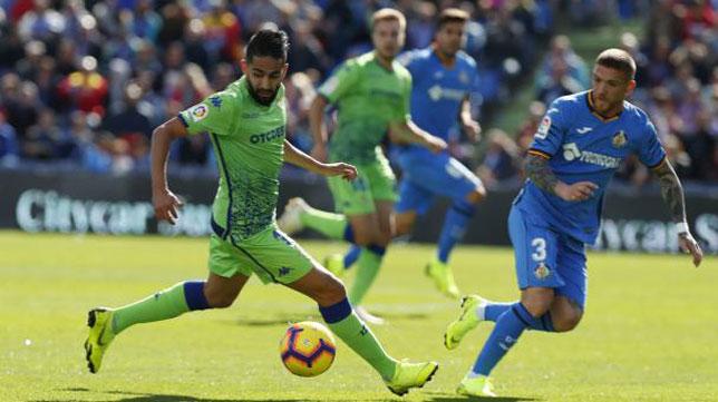 Boudebouz controla ante Antunes durante el Getafe-Betis (Foto: LaLiga).