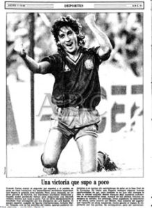 En la portadilla de ABC del 11 de octubre de 1990 Carlos celebra uno de los goles de España ante Islandia (2-1)