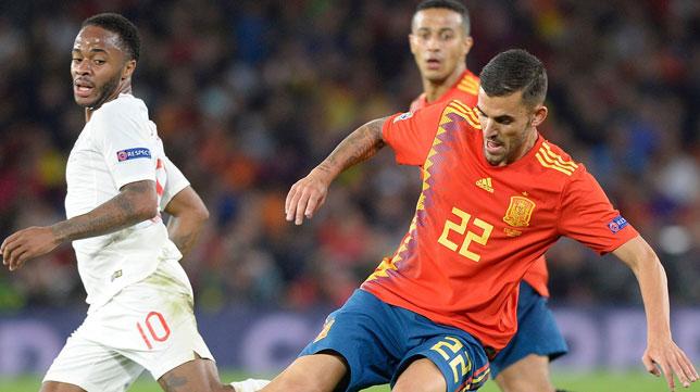 Dani Ceballos se lleva un balón ante la mirada de Sterling (Foto: AFP Photo)