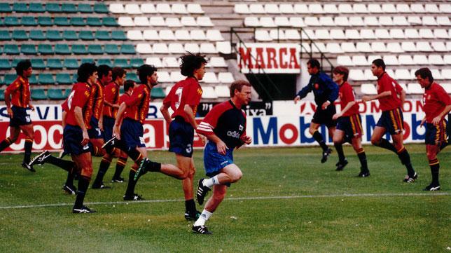 Javier Clemente y sus jugadores de la selección española se ejercitan en el Benito Villamarín en la víspera del España-Armenia de 1995 (Foto: ABC).