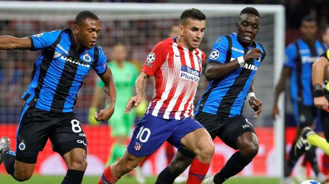 El atacante del Atlético de Madrid Ángel Correa trata de marcharse de dos jugadores del Brujas (Foto: EFE)