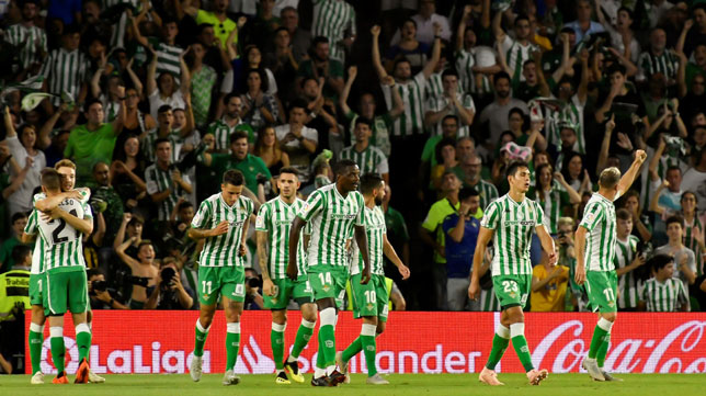 Los jugadores béticos, tras celebrar con la grada el 1-0 de Loren ante el Leganés (Foto: EFE).
