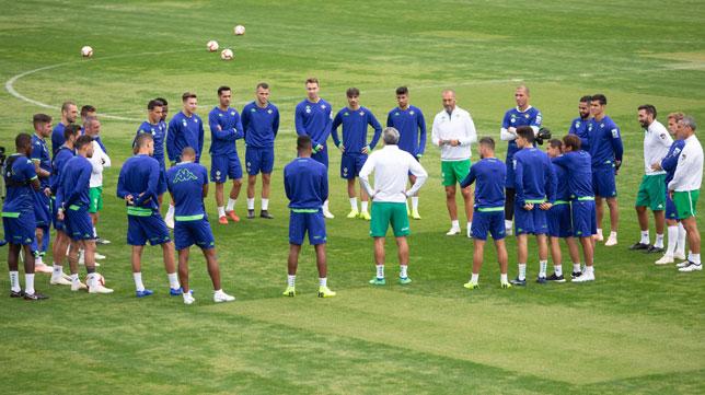Los jugadores del Betis escuchan una charla de los técnicos en un entrenamiento (Foto: Vanessa Gómez/ABC)