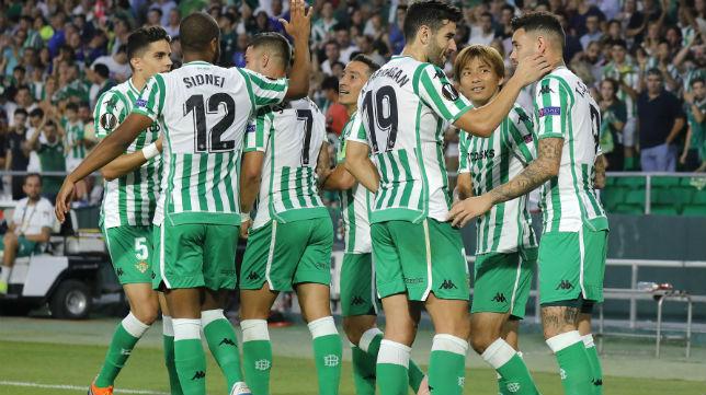 Los jugadores del Betis celebran el gol de Sanabria ante el Dudelange (Foto: J. M. Serrano)