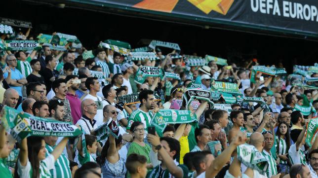 Aficionados del Betis en una de las gradas del estadio Benito Villamarín (Foto: J. M. Serrano)