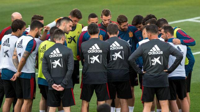 Los futbolistas de la selección española, durante la preparación del amistoso ante Gales (Foto: EFE)