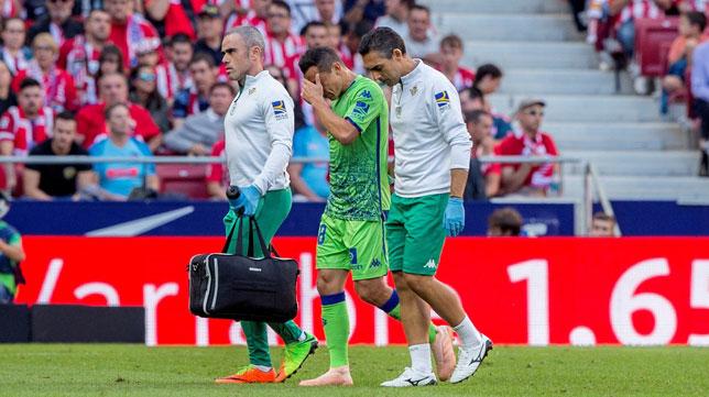 Guardado se retira del terreno de juego acompañado por el doctor José Manuel Álvarez (Foto: EFE).