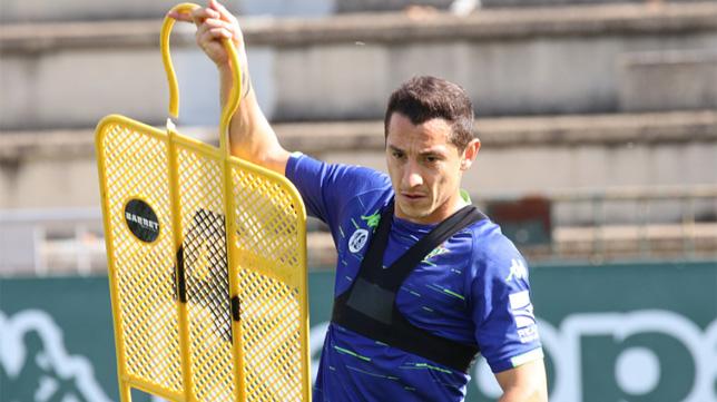 Andrés Guardado sostiene una pica durante el entrenamiento del Betis del lunes 22 de octubre (Foto: @RealBetis)