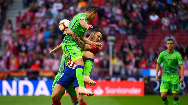 Guardado salta con Saúl en el Atlético-Betis (Foto: AFP).