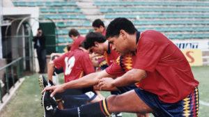 Donato estira en el entrenamiento de España en el Benito Villamarín el 6 de junio de 1995 (Foto: Nieves Sanz).
