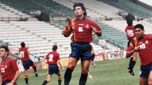 Alkorta da un salto en el entrenamiento de España en el Benito Villamarín el 6 de junio de 1995 (Foto: Nieves Sanz).