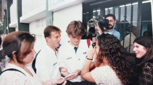 Julen Guerrero firma, junto a Alberto Belsué, un autógrafo en la puerta de cristales del Benito Villamarín el 6 de junio de 1995 (Foto: Nieves Sanz).